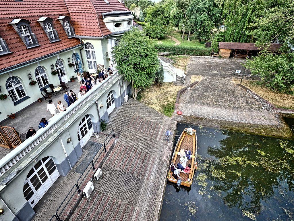 sesja ślubna z drona na weselu na rzece