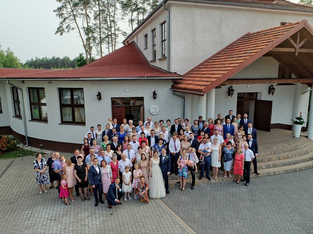 najpiękniejsza zdjęcia grupowe z drona ze ślubu wesela